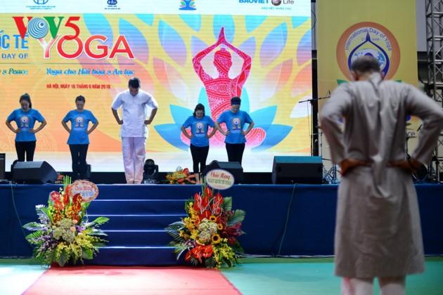 Knapp 1500 Menschen beteiligen sich an einer Yoga-Aufführung in Hanoi - ảnh 5