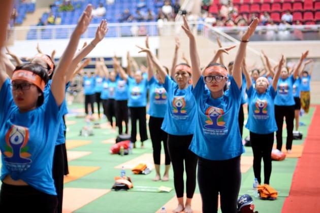 Knapp 1500 Menschen beteiligen sich an einer Yoga-Aufführung in Hanoi - ảnh 6