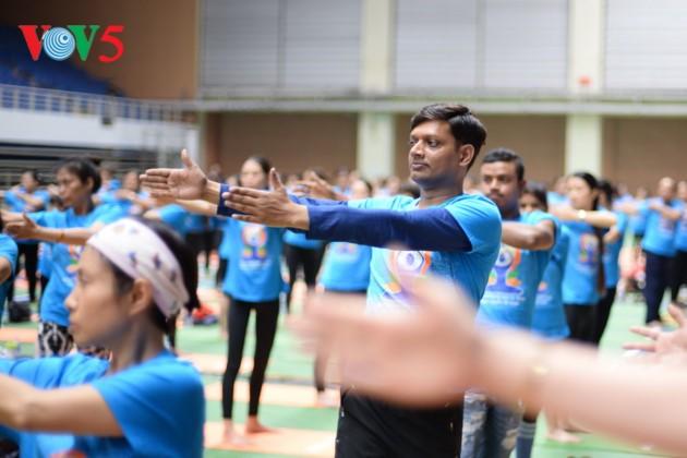 Knapp 1500 Menschen beteiligen sich an einer Yoga-Aufführung in Hanoi - ảnh 9