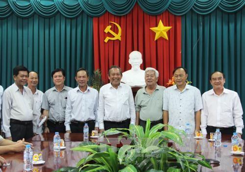 越南政府副总理张和平向隆安省贫困县劝学基金转交捐款 - ảnh 1
