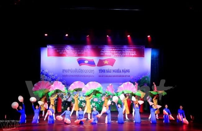 Un programme artistique célébrant les 55 ans des relations Laos-Vietnam - ảnh 1