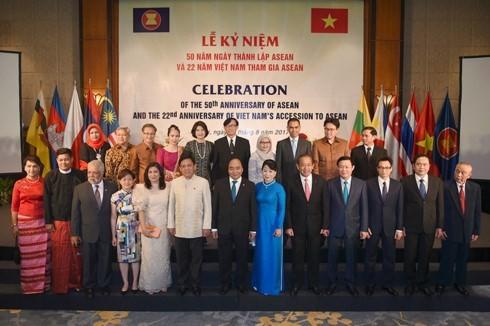 Nguyen Xuan Phuc et son épouse président la cérémonie célébrant les 50 ans de l'ASEAN - ảnh 1