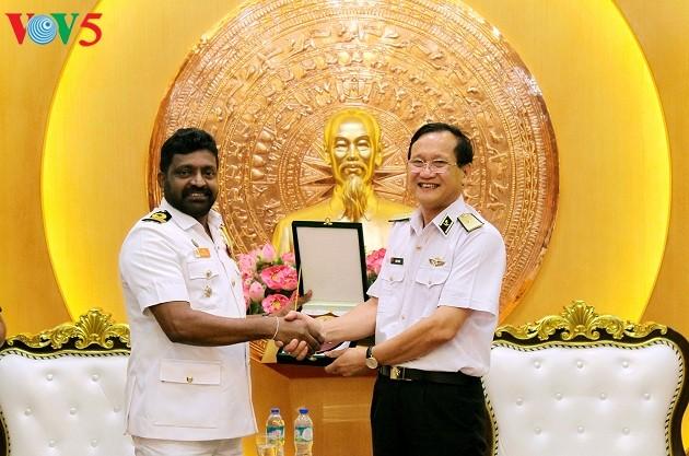 Renforcer la coopération entre les forces navales vietnamiennes et philippines - ảnh 1