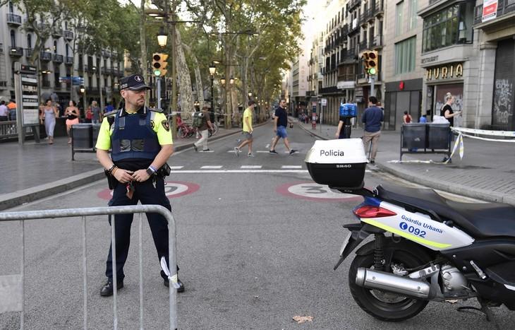 Attentat de Barcelone: la police a abattu le conducteur de la fourgonnette - ảnh 1