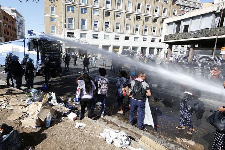 Italie: Migrants et policiers s'affrontent à Rome - ảnh 1