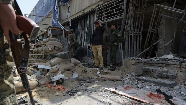 Un kamikaze tue cinq personnes dans le centre de Kaboul - ảnh 1
