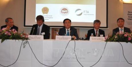 Vuong Dinh Hue à la table ronde sur la promotion de l'investissement à Bruxelles - ảnh 1