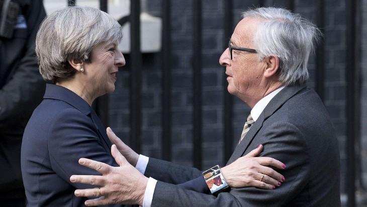 Juncker et May veulent