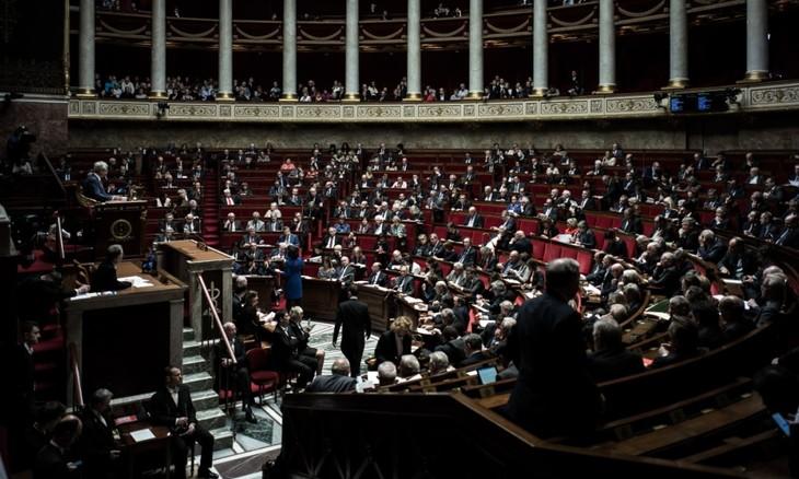 France: L'Assemblée nationale adopte une réduction budgétaire en 2018 - ảnh 1