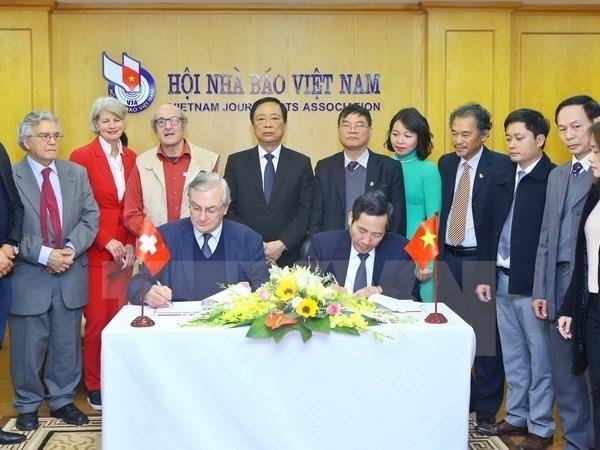 Une délégation de l'Association de la Presse étrangère en Suisse et au Liechtenstein au Vietnam - ảnh 1