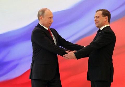 Neuer Präsident Putin schlägt Medwedew als Premierminister vor - ảnh 1