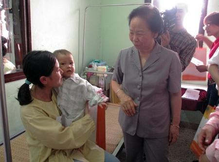 Vize-Staatspräsidentin Nguyen Thi Doan besucht Kinderpatienten - ảnh 1
