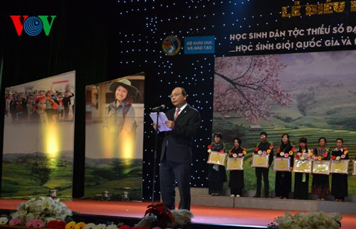 Auszeichnungsfeier der Schüler aus ethnischen Minderheiten - ảnh 1