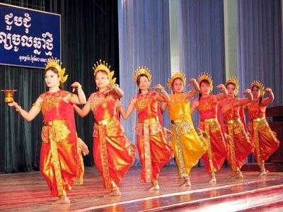 Erhaltung des Ro-bam-Tanzes der Volksgruppe der Khmer.  - ảnh 1