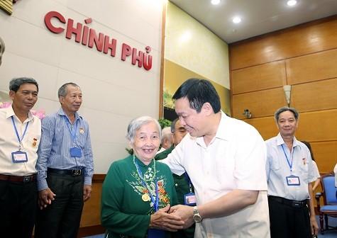 Vizepremierminister Vuong Dinh Hue trifft Menschen mit Verdiensten aus Dak Nong - ảnh 1