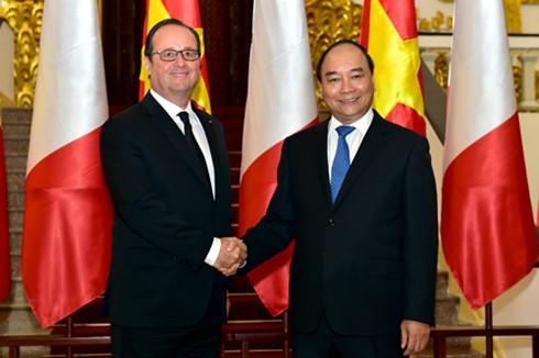 Nguyen Xuan Phuc führt Gespräch mit Francois Hollande - ảnh 1