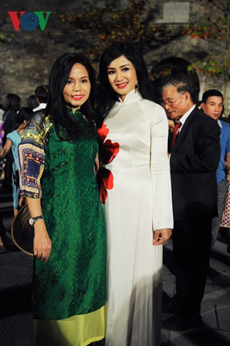 Berühmte vietnamesische Schauspieler versammeln sich beim Ao Dai-Festival Hanoi  - ảnh 3