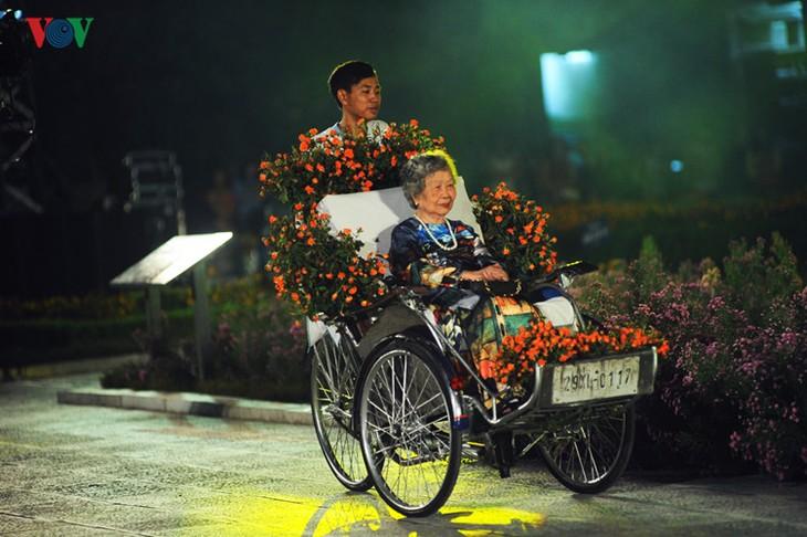 Berühmte vietnamesische Schauspieler versammeln sich beim Ao Dai-Festival Hanoi  - ảnh 8