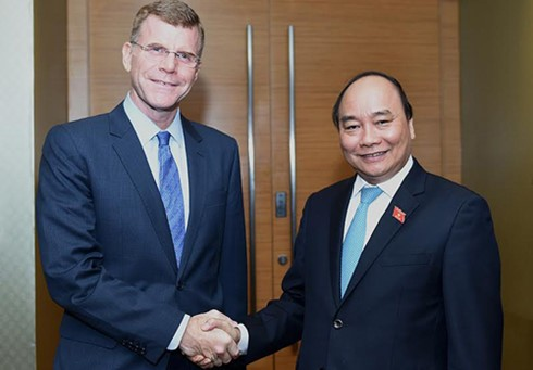 Premierminister Nguyen Xuan Phuc empfängt den ADB-Vize-Präsidenten  - ảnh 1