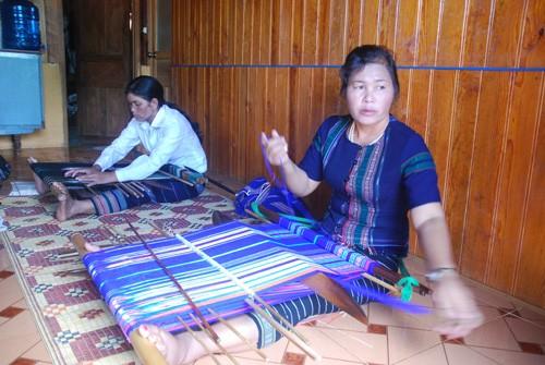 Das traditionelle Weben von Brokat der Volksgruppe der K'Ho - ảnh 1