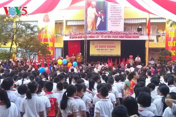 Schüler und Studenten Vietnams nehmen an Feier zum Schuljahresbeginn teil - ảnh 1