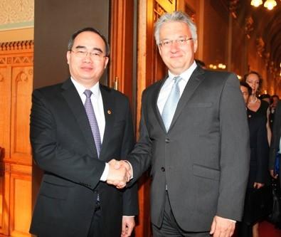 Deputi PM Nguyen Thien Nhan melakukan kunjungan resmi di Hungaria - ảnh 1