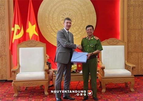 Badan pencegahan dan pemberantasan kriminalitas Kerajaan Inggris menyampaikan alat pencegah kriminalitas teknologi tinggi kepada Polisi Vietnam - ảnh 1