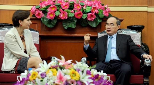 Ketua Pengurus Besar Front Tanah Air Vietnam, Nguyen Thien Nhan menerima Duta Besar Luar Biasa dan Berkuasa Penuh Swiss dan Duta Besar Italia - ảnh 1