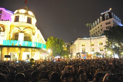 Suasana menyosong Tahun Baru 2016 di banyak daerah di Vietnam - ảnh 1