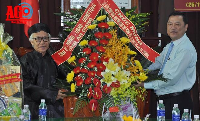 Pimpinan provinsi An Giang mengunjungi dan mengucapkan selamat sehubungan dengan ultah ke-96 Lahirnya Pendiri agama Buddha mazhab Hoa Hao - ảnh 1