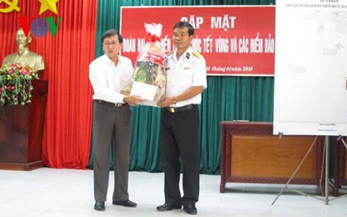 Pimpinan provinsi-provinsi di daerah Nam Bo mengunjungi para komandan dan prajurit Angkatan Laut Kawasan 5 - ảnh 1