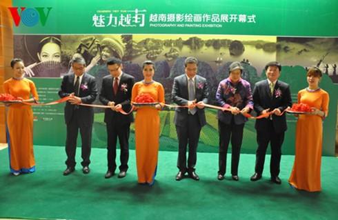 """Acara pembukaan pekan pameran lukisan dan foto """"Vietnam – keindahan abadi"""" - ảnh 1"""