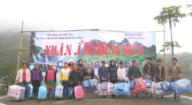 VOV5 memberikan bingkisan kepada warga etnis minoritas di kecamatan can Nong, kabupaten Thong Nong, provinsi Cao Bang - ảnh 1