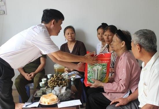 Provinsi Quang Ngai memikirkan kehidupan keluarga-keluarga yang berjasa kepada revolusi sehubungan dengan Hari Raya Tet - ảnh 1