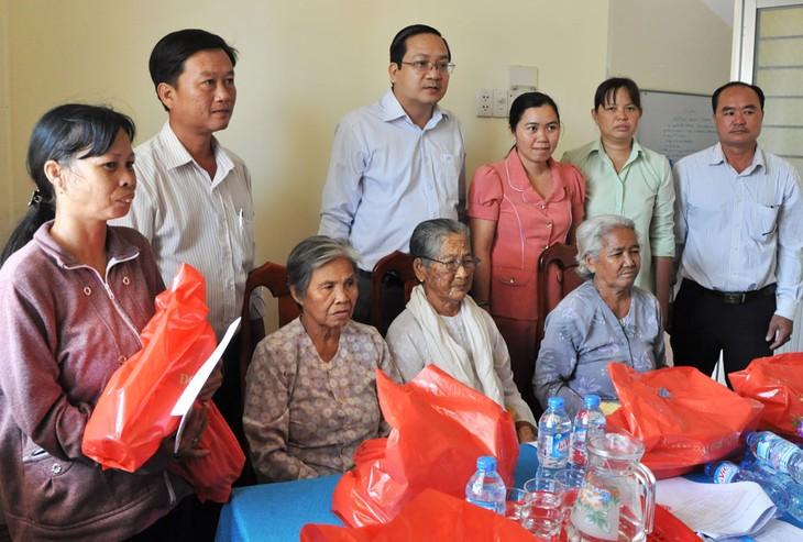 Daerah-daerah memikirkan dan membantu keluarga-keluarga miskin dan mendapat kebijakan prioritas sehubungan dengan Hari Raya Tet - ảnh 1