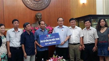 Ketua Pengurus Besar Front Tanah Air Vietnam, Nguyen Thien Nhan menerima bantuan untuk warga di daerah Vietnam Tengah - ảnh 1