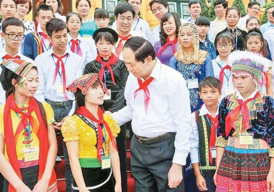 Presiden Tran Dai Quang melakukan pertemuan dengan para pejalar dan mahasiswa etnis minoritas yang tipikal tahun 2016 - ảnh 1