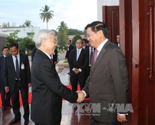 Sekjen KS PKV Nguyen Phu Trong bertemu dengan PM Laos, Thoonglun Sisulith - ảnh 1
