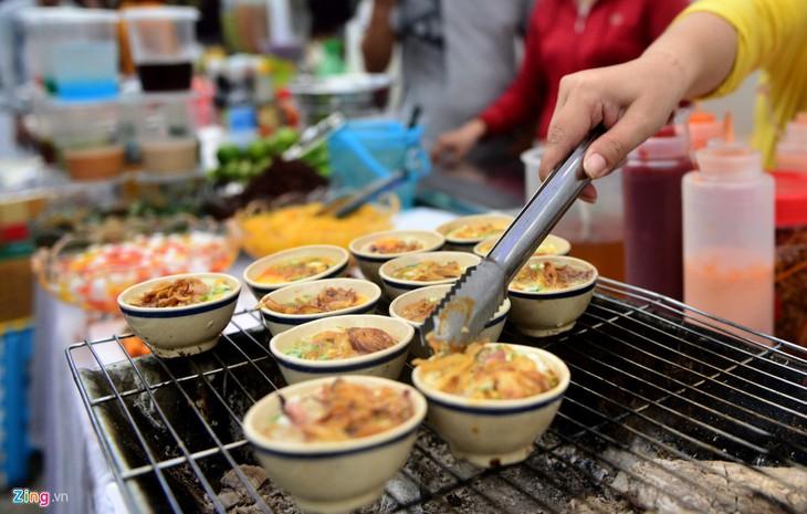 Kuliner jalanan kota Ho Chi Minh yang kental dengan daya hidup dan budaya - ảnh 1