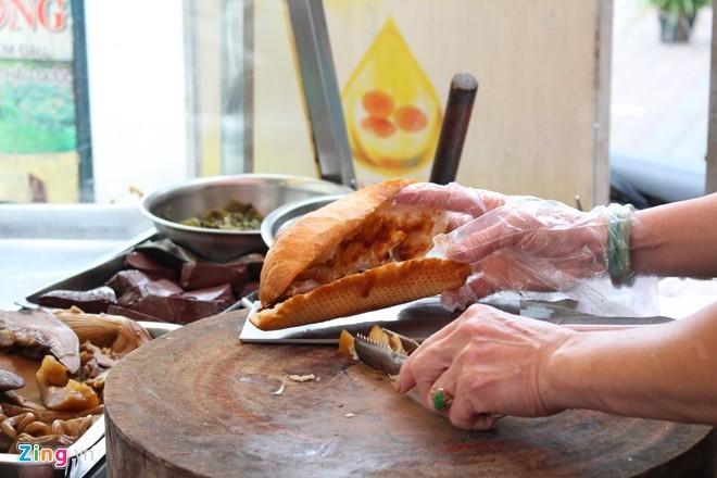 Kuliner jalanan kota Ho Chi Minh yang kental dengan daya hidup dan budaya - ảnh 2