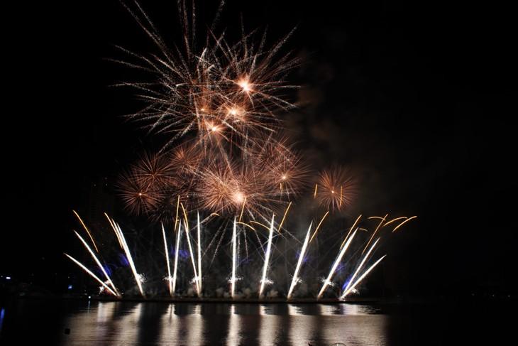 Inggris, Australia dan Italia masuk dalam babak final Festival Kembang Api Internasional Da Nang tahun 2017 - ảnh 1