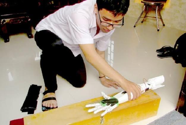 Pham Huy berhasil membuat tangan robot untuk para penderita cacat tangan - ảnh 2