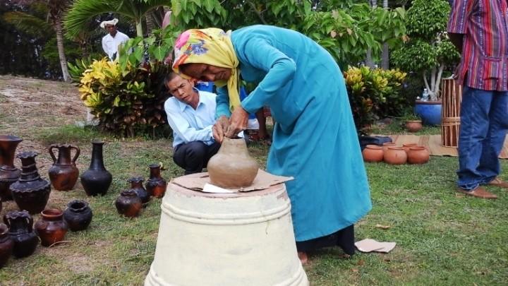 Festival Pantai Nha Trang – Khanh Hoa 2017: Pameran produk keramik dan kain tenun brokat dari warga etnis minoritas Cham - ảnh 1