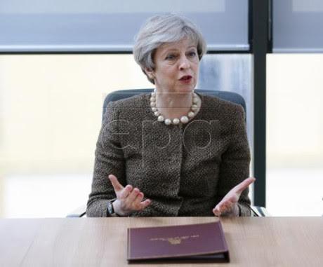Kebakaran apartemen di Inggris: PM Theresa May menemui para korban yang selamat - ảnh 1