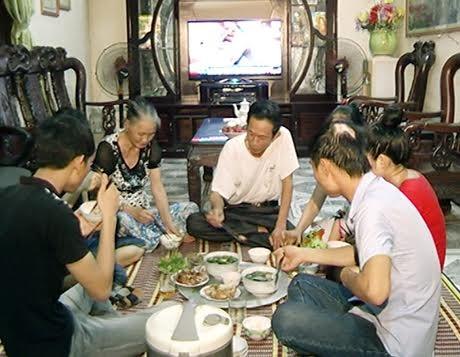 Hidangan makan mengaitkan keluarga warga kota Hanoi - ảnh 2