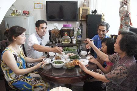 Hidangan makan mengaitkan keluarga warga kota Hanoi - ảnh 1