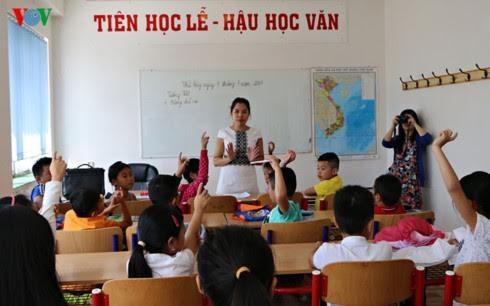 Menyampaikan perangkat buku pelajaran kepada orang Vietnam di Republik Czech - ảnh 1