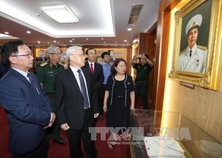 Sekjen KS PKV, Nguyen Phu Trong membakar hio untuk mengenangkan Jenderal Nguyen Chi Thanh - ảnh 1