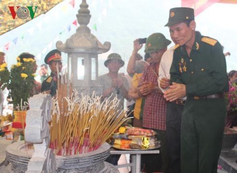 Mengenangkan para pahlawan dan martir, berterimah kasih kepada orang-orang yang berjasa kepada revolusi Vietnam - ảnh 1