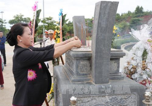 Ketua MN Vietnam, Nguyen Thi Kim Ngan mengunjungi dan memberikan bingkisan kepada orang-orang yang mendapat kebijakan prioritas provinsi Quang Nam - ảnh 1